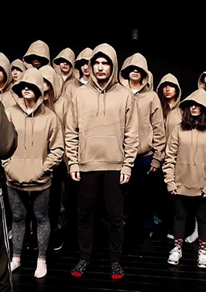 Groupe de jeunes, pantalons noirs, pulls à capuche beiges
