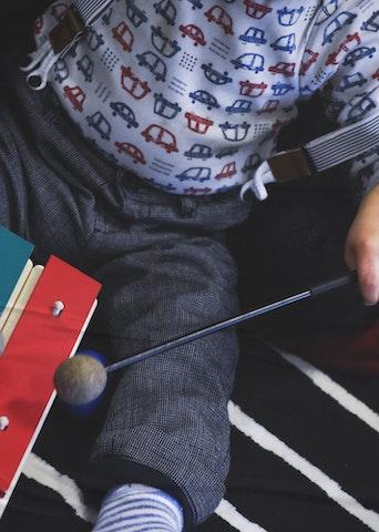 Jeune enfant jouant du xylophone