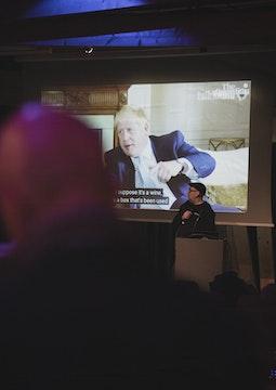 Homme au micro, projection vidéo dans son dos