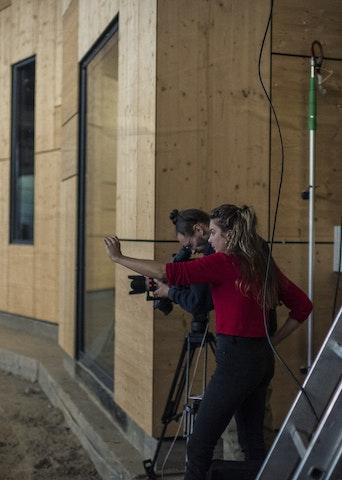 Un homme et une femme en tournage vidéo dans la Rotonde 2 (photo Mike Zenari)