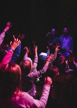 Groupe d'enfants avec les mains en l'air (photo Mariana Dos Santos)