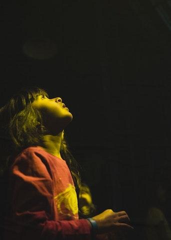 Enfant qui regarde en l'air (photo Sven Becker)
