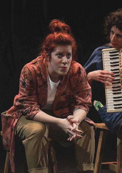 Betsy Dentzer assise, Natasa Grujovic à ses côtés avec un accordéon sur les genoux