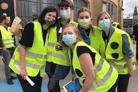 Véronique, Mirka, Amandine, Maxine et Joëlle portant masques et gilets jaunes
